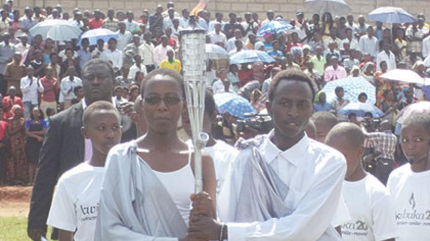 The Kwibuka Flame arrives in Ndera, Gasabo District on Thursday afternoon. (Jean-Pierre Bucyensenge)