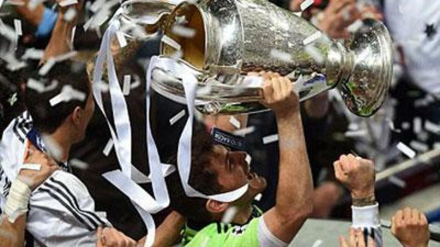 Crowning glory: Real Madrid's goalkeeper Iker Casillas celebrates their victory by lifting the Champions League trophy. (Internet photo)