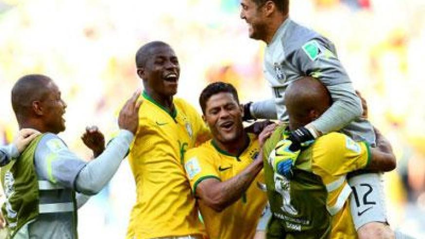 Julio Cesar celebrates with team mates after beating Chile on penalties. (Internet photo)