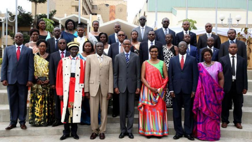 President Kagame in a group photo after the swearing in of Prime Minister and new cabinet members. (Village Urugwiro)