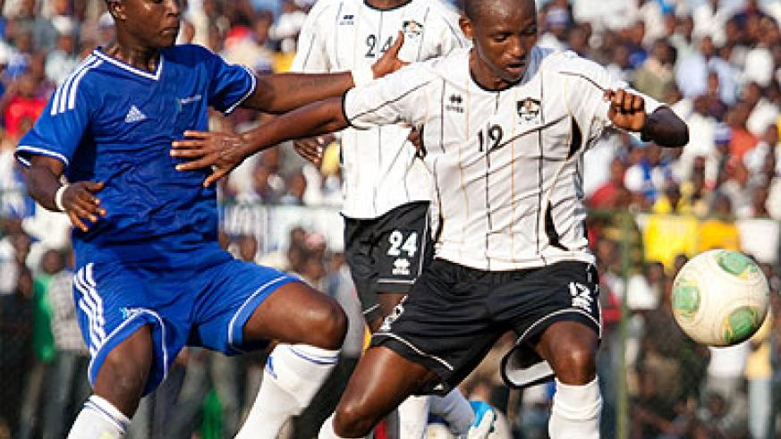 Jean Claude Iranzi, seen here shielding a ball against Robert Ndatimana of Rayon Sports in a past match, will be hoping to inspire APR to victory over Atletico this afternoon. T. Kisambira