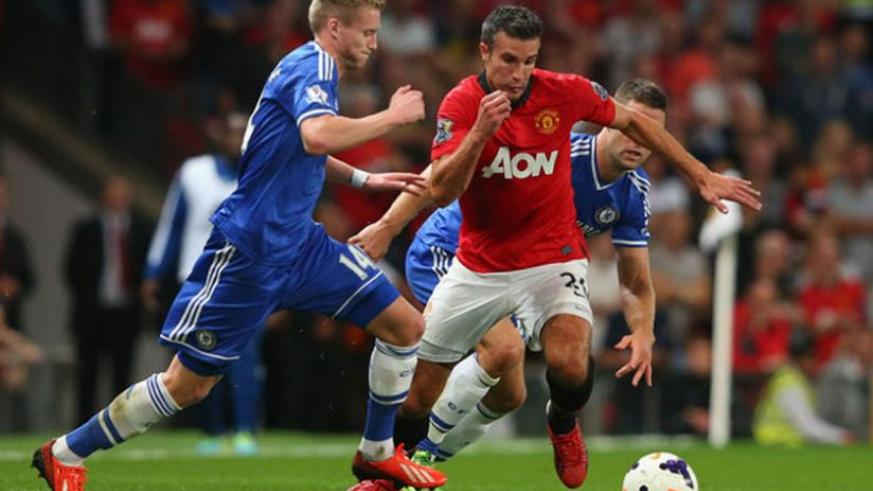 Chelsea's Andre Shurrle (L), seen here closing down Robin Van Persie in a league encouter last season, could play as a striker on Sunday.(Net photo)