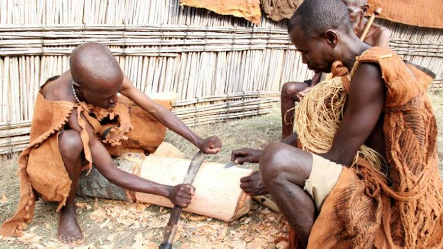 Cultural artists illustrate how backcloth is extracted at Nyanza Museum. (Timothy Kisambira)