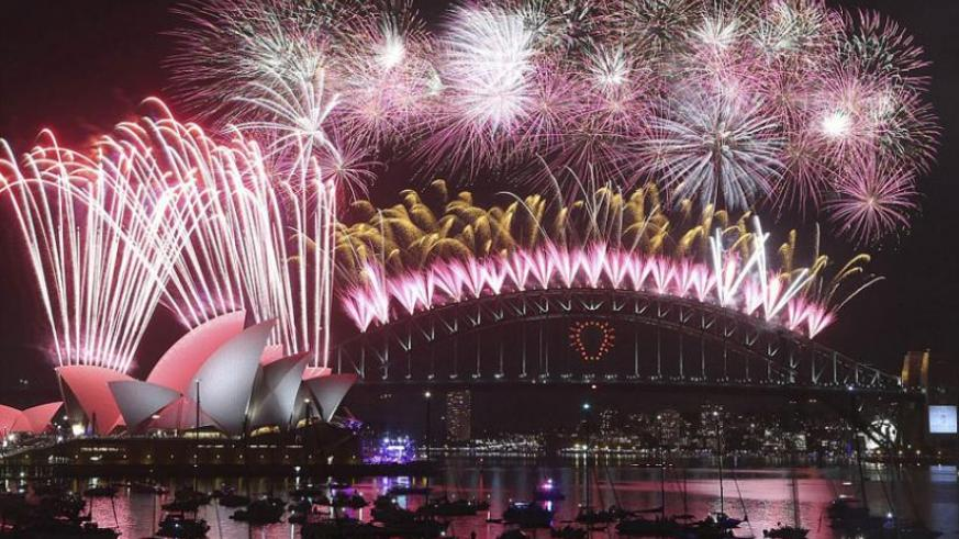 Thousands of people watched the fireworks in Sydney from some 50 vessels in the water as they ushered in 2015. (Net photo)