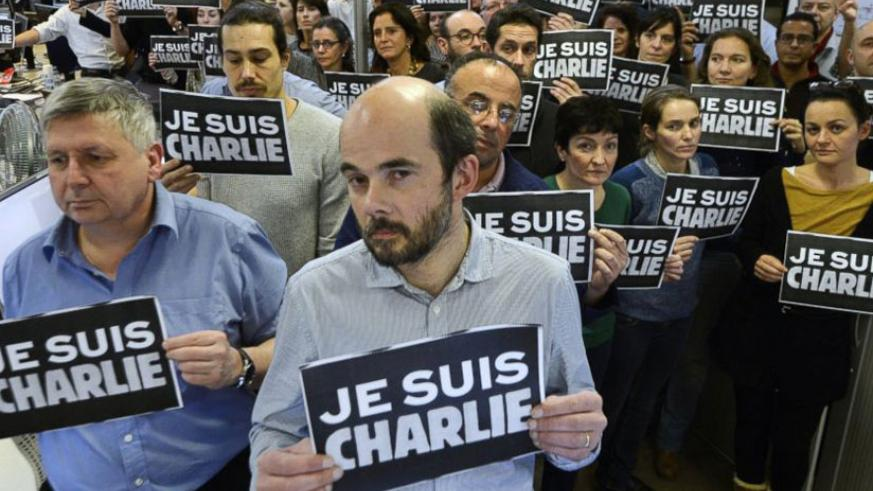 Journalists hold placards as they hold a minute of silence, following the attack by gunmen in the offices of the French satirical weekly Charlie Hebdo, Paris, Jan. 7, 2015. (Net)