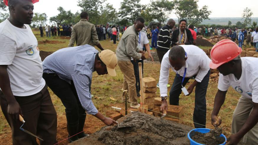The leaders participated in building houses for Rwandans who were evicted from Tanzania as part of Umuganda, yesterday. (Village Urugwiro)
