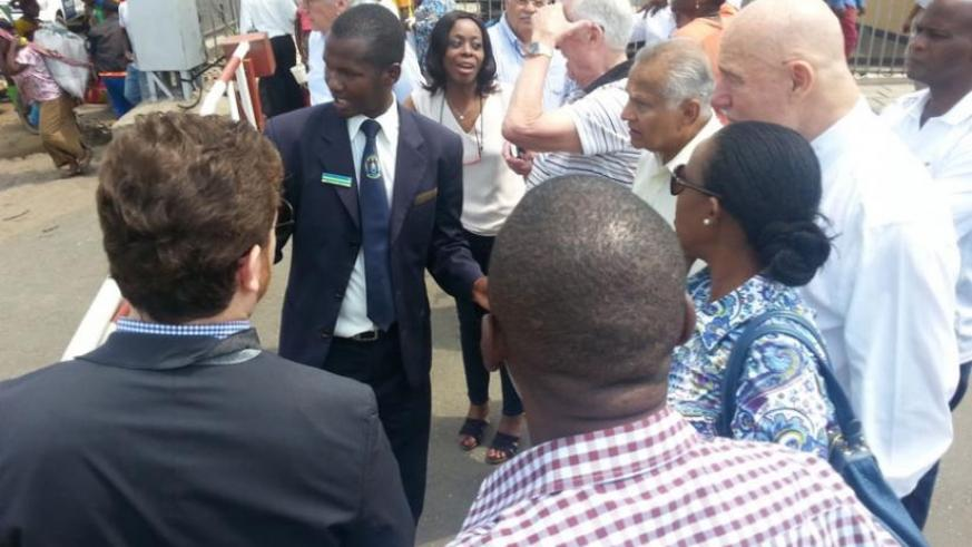 The honorary consuls interact with a Rwandan immigration officer at the border of Rwanda and DRC, Petite Barriere over the weekend. (Courtesy)
