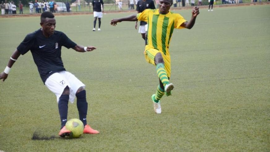 Rusheshangoga tries to cross the ball as a Marines defender closes in on him. The right back scored as APR beat Marines 4-1. (Sam Ngendahimana)