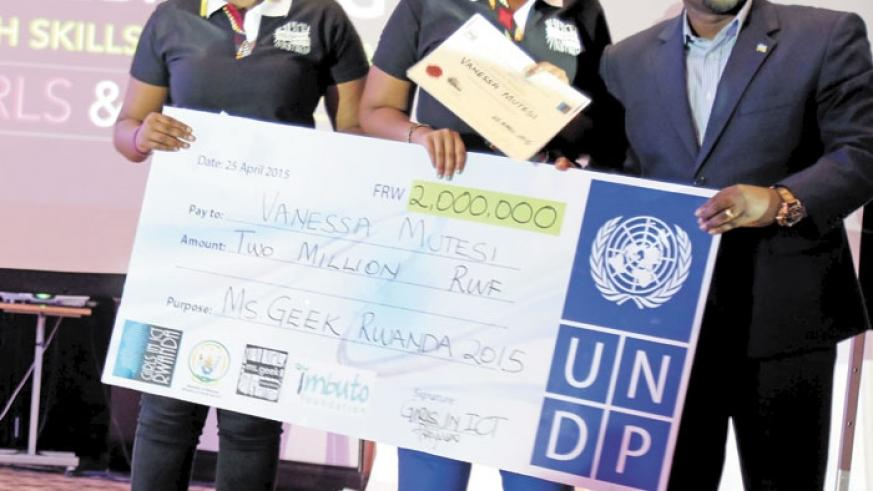 Miss Geek 2015 Vanessa Mutesi (C) receives a  dummy cheque from Nsengimana (R) the Minister for   Youth & ICT, and  Lucy Mbabazi, President of Girls in ICT. (Doreen Umutesi)
