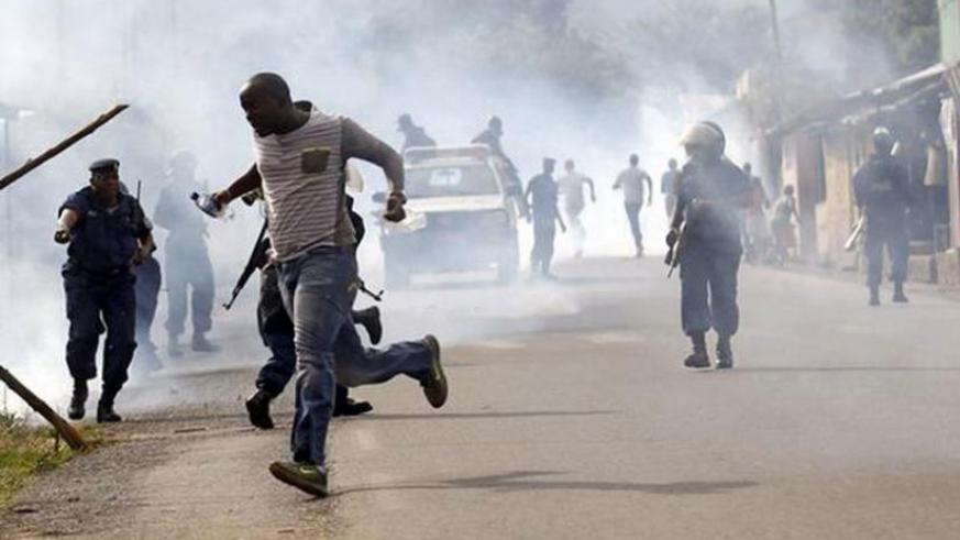 Police clash with protesters in the Burundian capital Bujumbura. (Net photo)