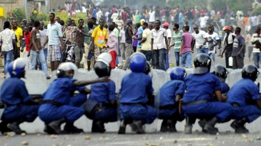 Burundian Police form a wall to stop protesters in the capital Bujumbura. (Net photo)
