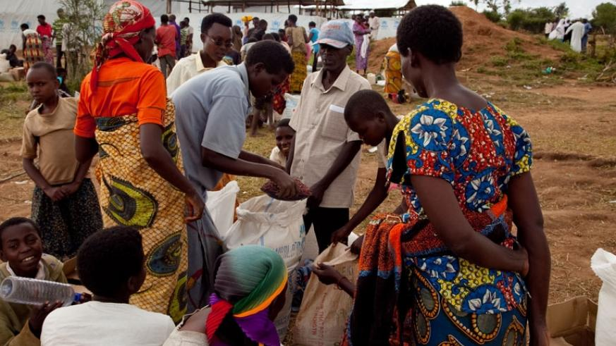 Burundian refugees share food from WFP in Mahama Camp. (Faustin Niyigena)