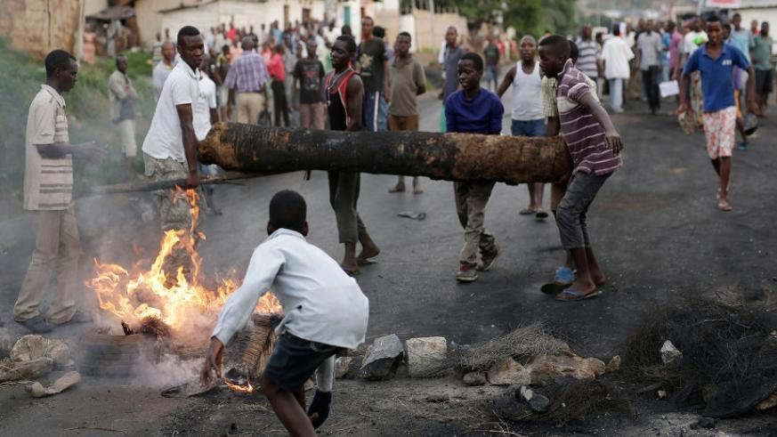 Demonstrators set up a barricade during clashes with riot police in Bujumbura. (Internet photo)