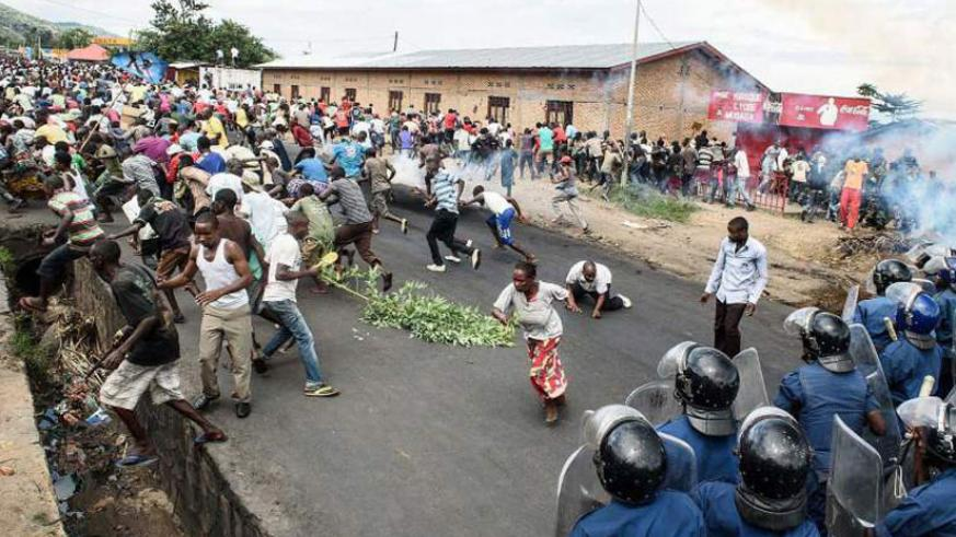 Burundi's policemen and army forces face protesters during a demonstration against incumbent President Pierre Nkurunziza's bid for a third term in office. (Net photo)
