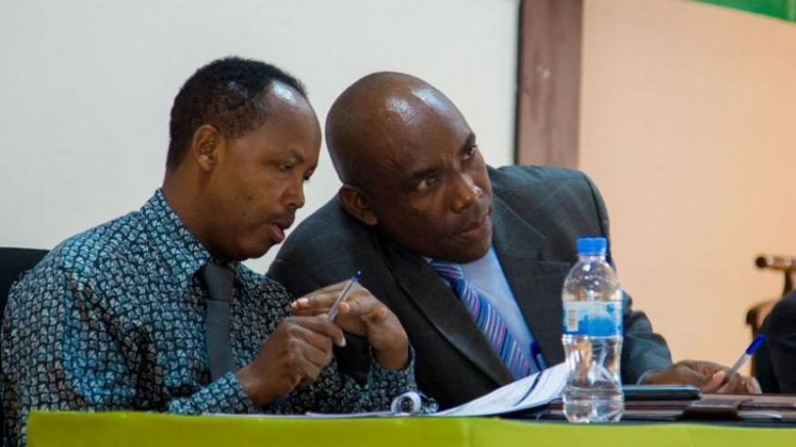 Nathan Ntwali (L) of Media High Council  and Mbanda, the Head of Media and Communication at Rwanda Governance Board  exchange ideas during the meeting in Kigali, last week. (D.Umutesi)