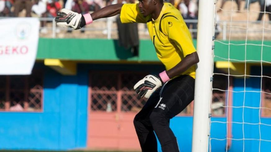 Eric 'Bakame' Ndayishimiye (L) during Anti-Corruption Cup tie against Police FC last year. (File)