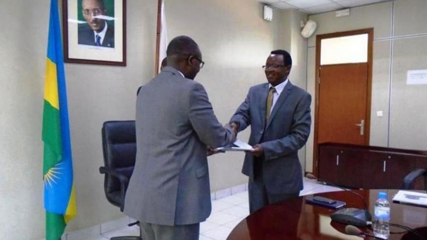Gatera (L) receives documents from Dr Ufitikirezi during the hand-over ceremony in Kigali on Wednesday. (Eddie Nsabimana)