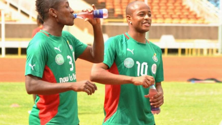 Ghana star players including team captain Asamoah Gyan (L) and in-form striker Dede Andre Ayew cool off during a past training session. (Net photo)