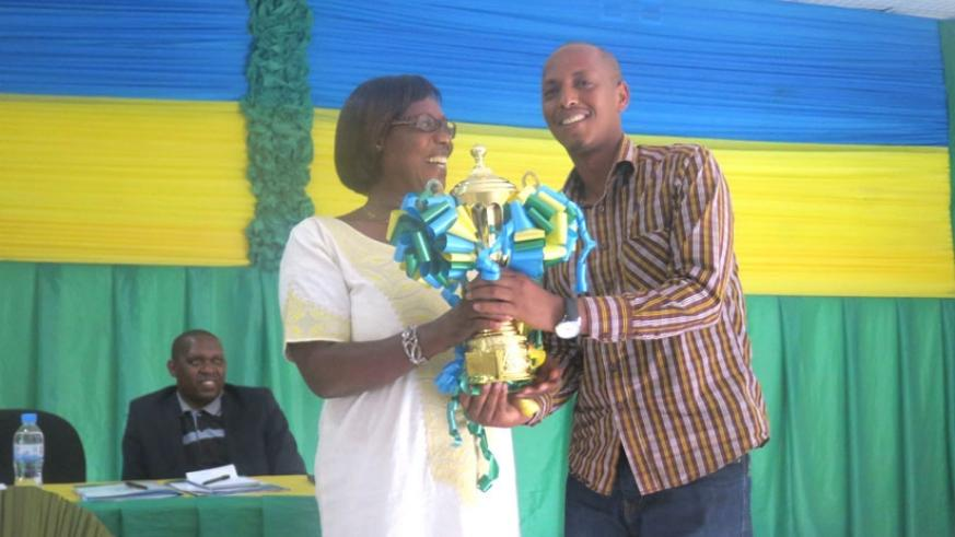 Min. Alvera Mukabaramba awards the best performing sector in Rwamagana District with a trophy. (Stephen Rwembeho)