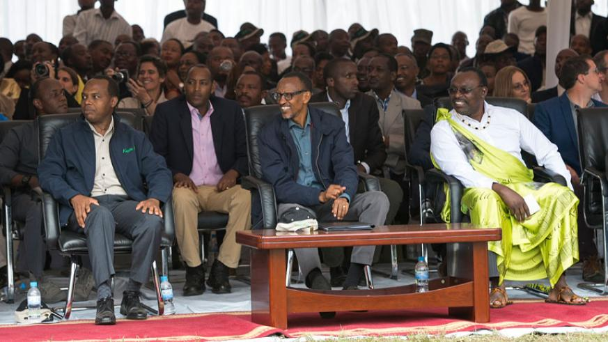 President Kagame, Francis Gatare (L), and the Minister for Trade and Industry, Francios Kanimba (R) during the Kwita-Izina event on Saturday. (Village Urugwiro)
