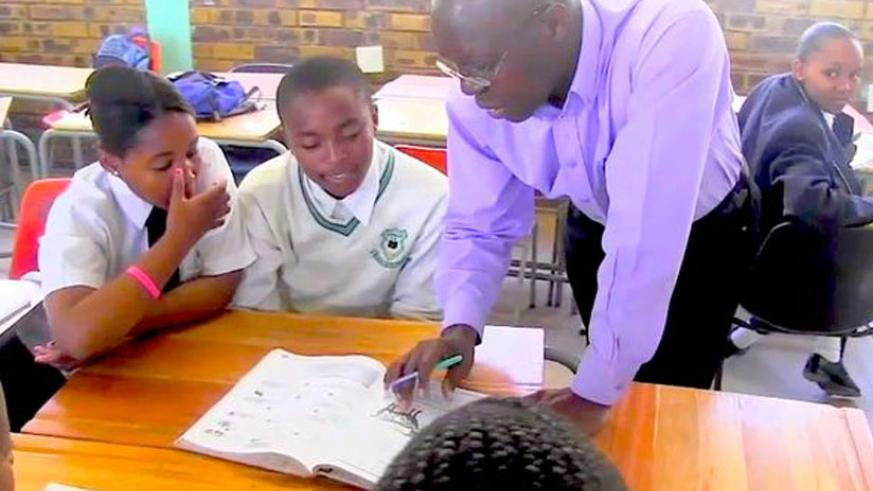 A teacher instructing pupils. Many people appreciate the good role teachers play, but are turned away from the profession by aspects like low wages. (Internet)