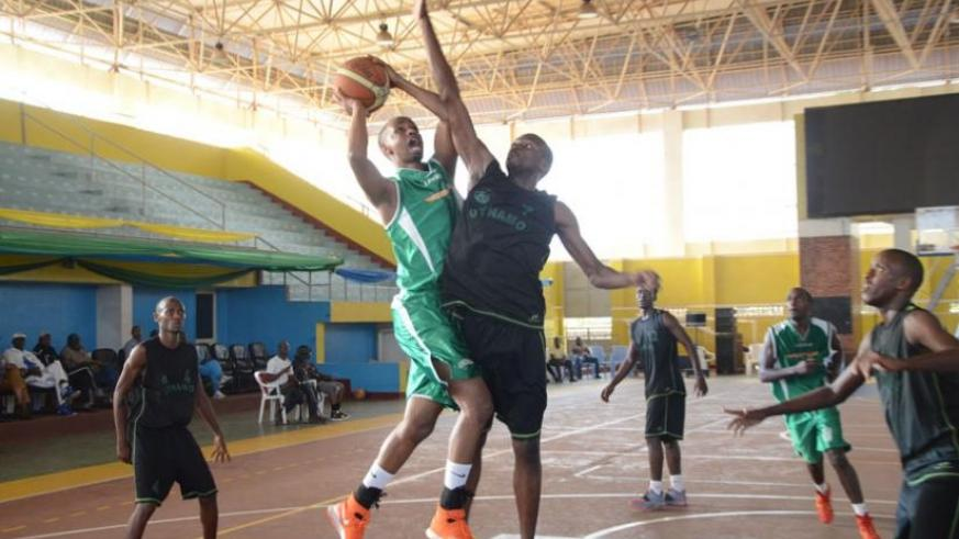 Espoir star Lionnel Hakizimana (L) goes for a lay-up against Burundi's Dynamo during the Zone V group stage game. (Sam Ngendahimana)