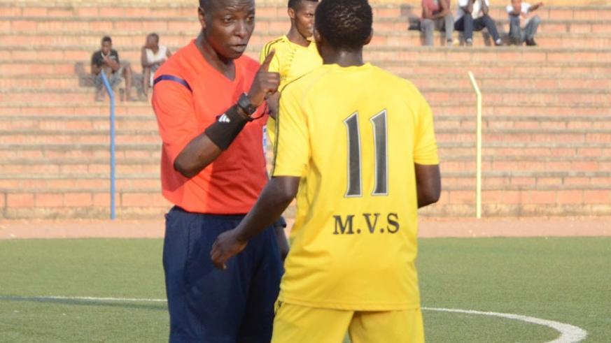 Hudu Munyemana (L) cautions a player during a league game. He is one of the two referees who will attend a FIFA elite A referees course in Egypt. (S. Ngendahimana)