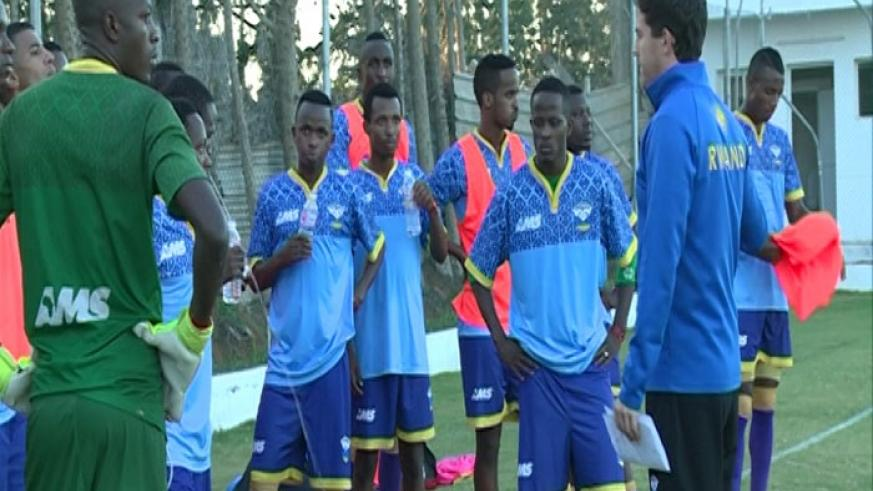 Amavubi coach McKinstry (R) talks to his players during a training session in Sousse on Tuesday. (Courtsey)