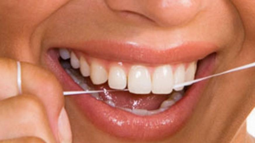Flossing helps remove food particles from teeth and prevents gum diseases. (Internet photo)