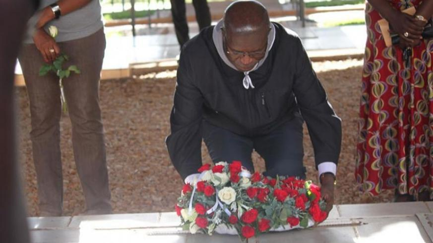 Premier Murekezi lays a wreath on a tomb at Nyanza memorial site in Kicukiro. (Photos by Steven Muvunyi)
