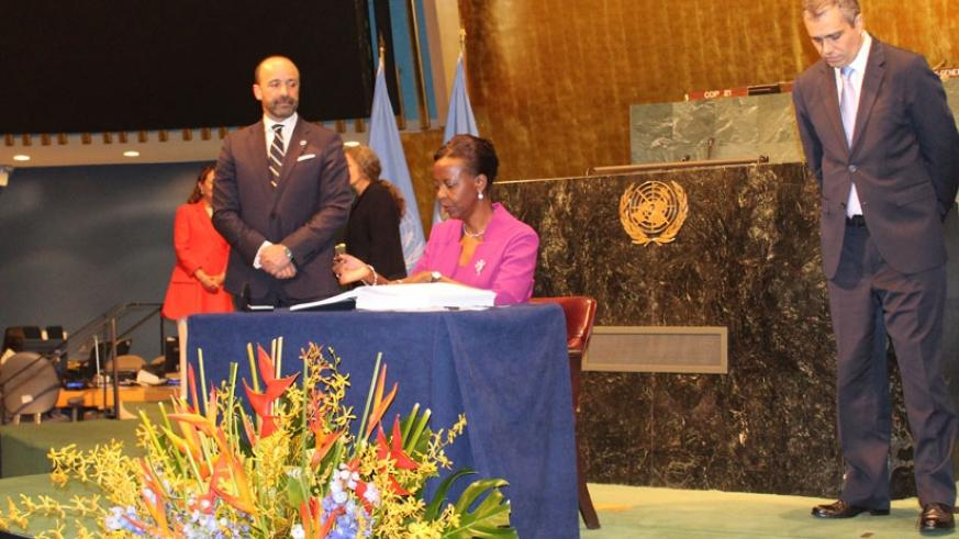 Foreign Affairs minister Louise Mushikiwabo signs the climate change deal at the U.N. Headquarters in New York, yesterday. (Courtesy)