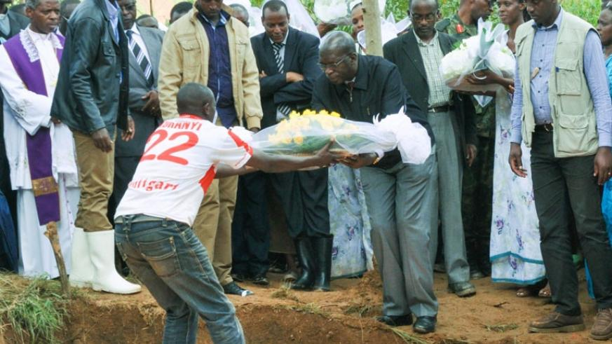 Prime Minister Murekezi lays a wreath of flowers to honor 35 victims of a landslide and floods in Gakenke District yesterday. (Teddy Kamanzi)