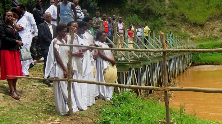 Mourners at Nyabarongo River in Muhanga District last year, commemorating the  victims thrown in the river during the 1994 Genocide against the Tutsi. (File)