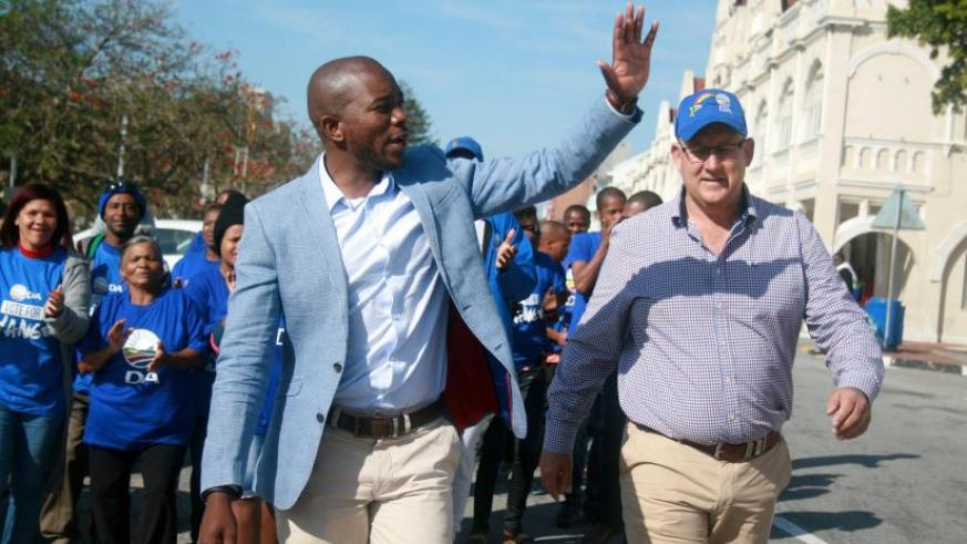 The Democratic Alliance leader, Mmusi Maimane, waves to supporters during the election campaign in Port Elizabeth. / Luvuyo Mehlwana/Reuters