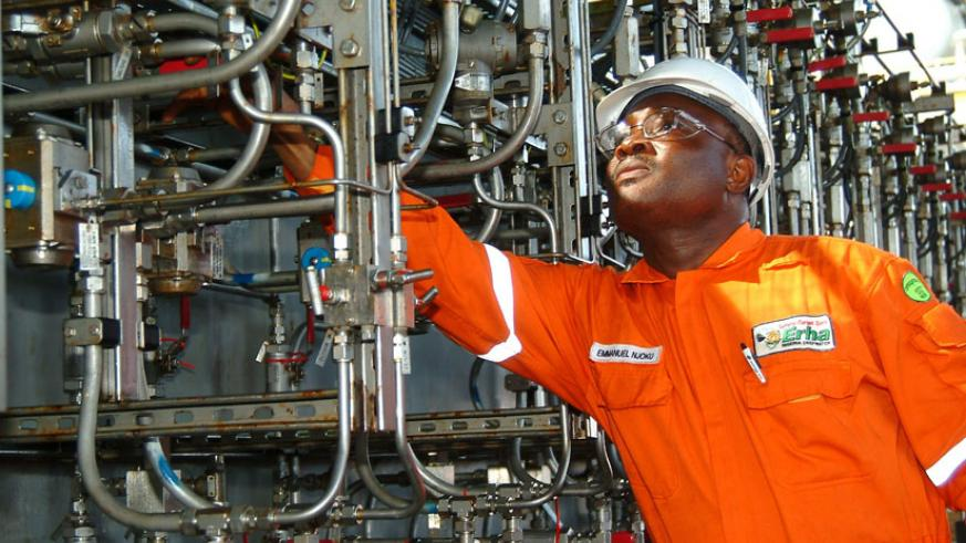 An engineer inspects an oil plant in Nigeria. / Net photo.