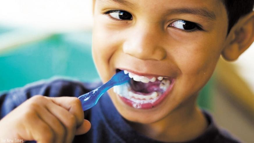A child brushes his teeth. / Internet photo.