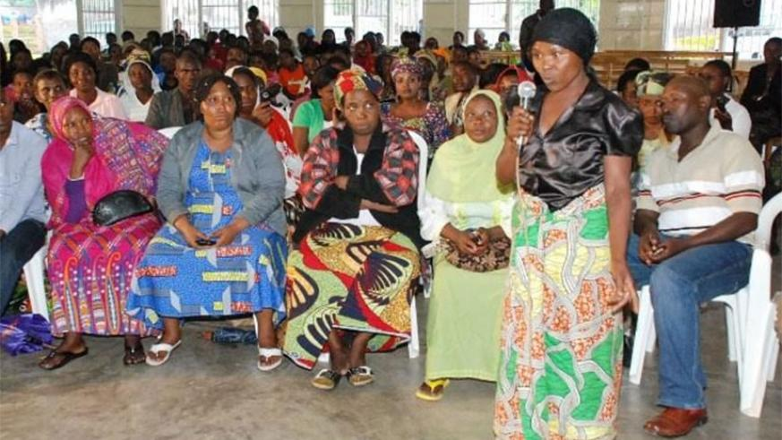 A participant stresses a point during Umugoroba w'Ababyeyi 'Parents Forum'. / Courtesy.