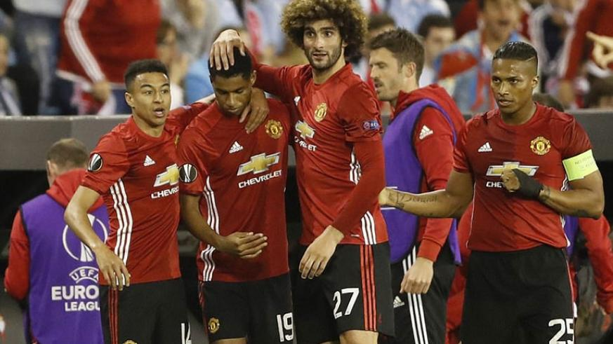Rashford, who was United's striker in the absence of the injured Zlatan Ibrahimovic, is mobbed by his United team-mates. (Net photo)