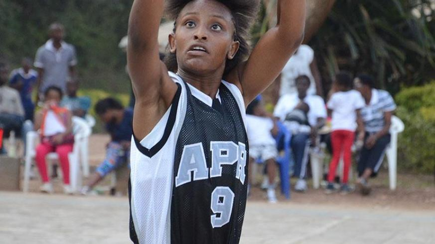 Kantore goes for a free throw during a league game. / Sam Ngendahimana