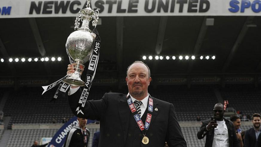 The 57-year-old Spanish manager Rafa Benitez celebrates winning the league with the Championship trophy. Net photo