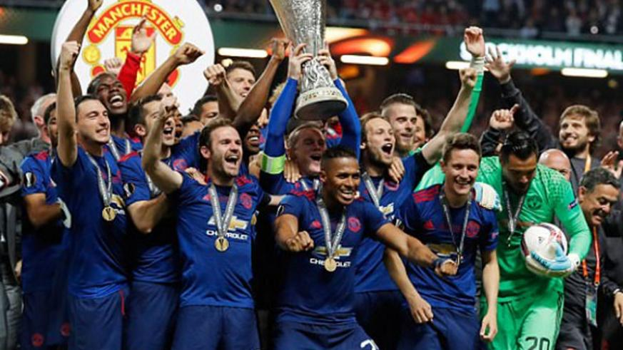 Manchester United players celebrate lifting the Europa League trophy (Net Photo)
