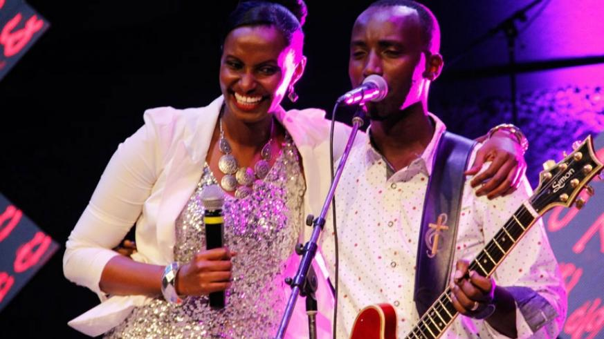 Local artiste Gaby Kamanzi (L) performs with Burundian gospel music star Dudu Niyukuri during a concert in 2015. (File photos)