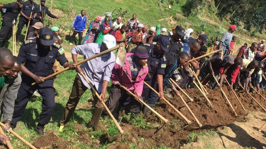 Residents of Ruhengeri village, together with Police officers, in special umuganda. (Courtesy)