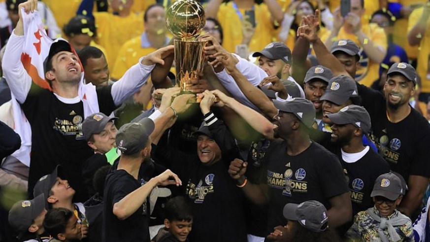 The Golden State Warriors celebrate winning their second NBA title in three years following victory at the Oracle Arena. / Internet photo