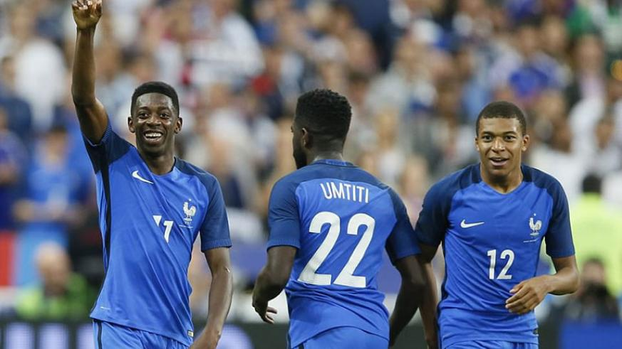Dembele lifts a finger to the sky in celebration as fellow youngster Mbappe (right) watches his team-mate after the winner. / Internet photo