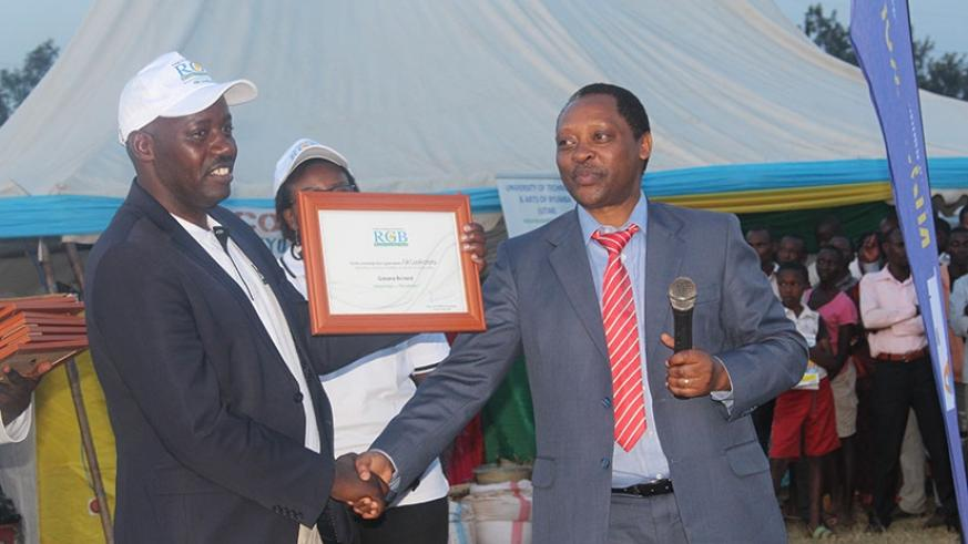 Mayor Gasana receives the RGB award for good service delivery in his district. K. Rwamapera.