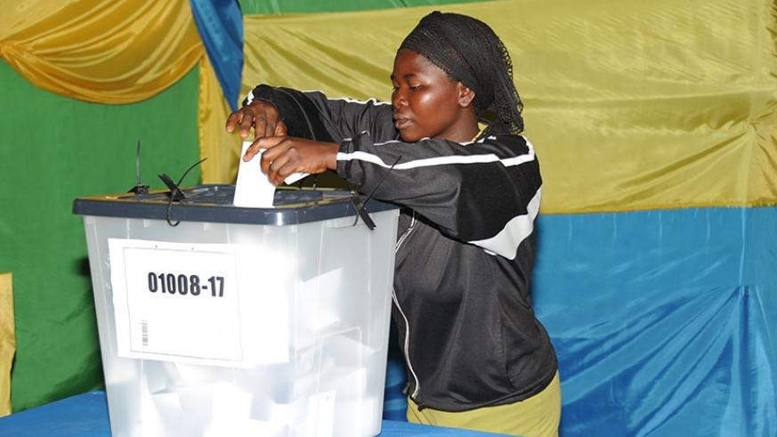 A resident of Kiyovu suburb in Kigali casts a vote in 2010. File.
