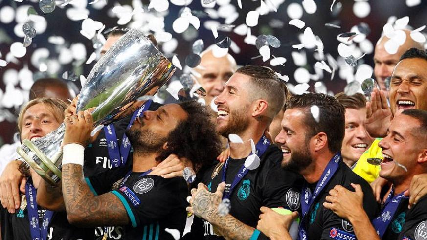 Marcelo kisses the Super Cup trophy after Real Madrid beat Manchester United 2-1 in the curtain-raiser in Skopje. / Internet photo