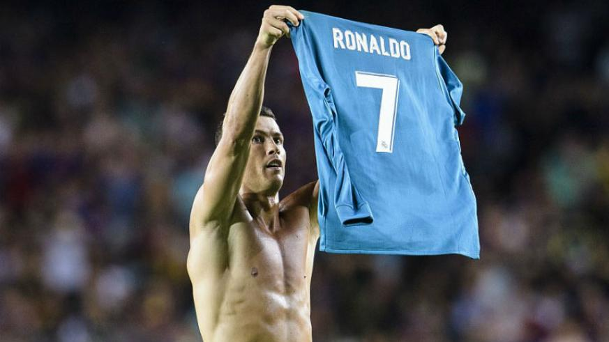 Cristiano Ronaldo celebrates scoring for Real Madrid by taking his shirt off and displaying it to the Nou Camp support. / Internet photo