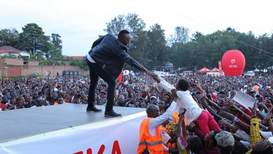 Reach out. Meddy engaged his audience as he held hands with one lucky fan at Airtel Muzika promotion tour in Rubavu on Saturday. Photos by Eddie Nsabimana.